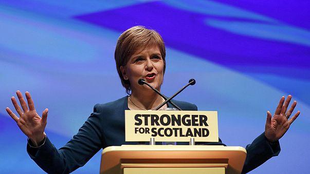 Mit üzen Nicola Sturgeon Theresa May-nek?
