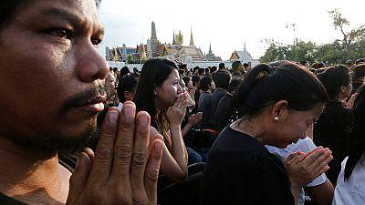 Thailand: Zehntausende knien für verstorbenen König Bhumibol