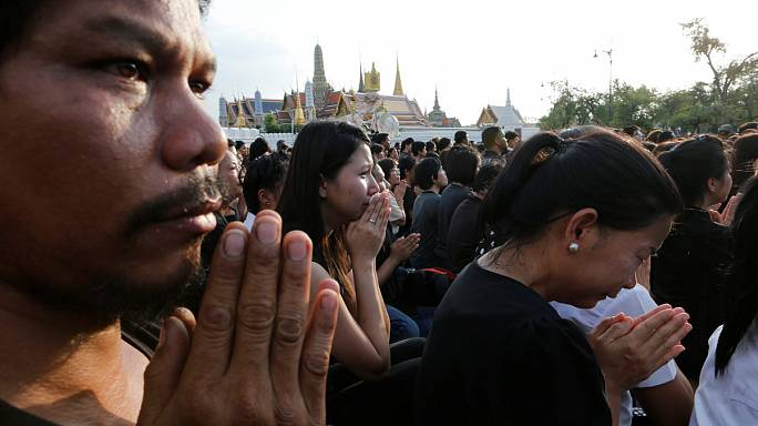 Large crowds in Thailand pay tribute to King Bhumibol