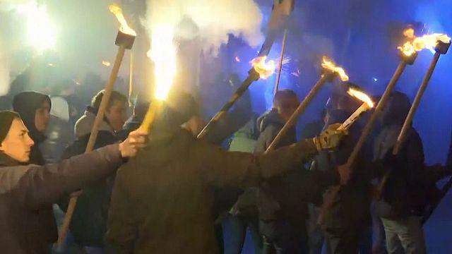"""Kiev, manifestano i nazionalisti. Il """"Battaglione Azov"""" diventa un partito"""