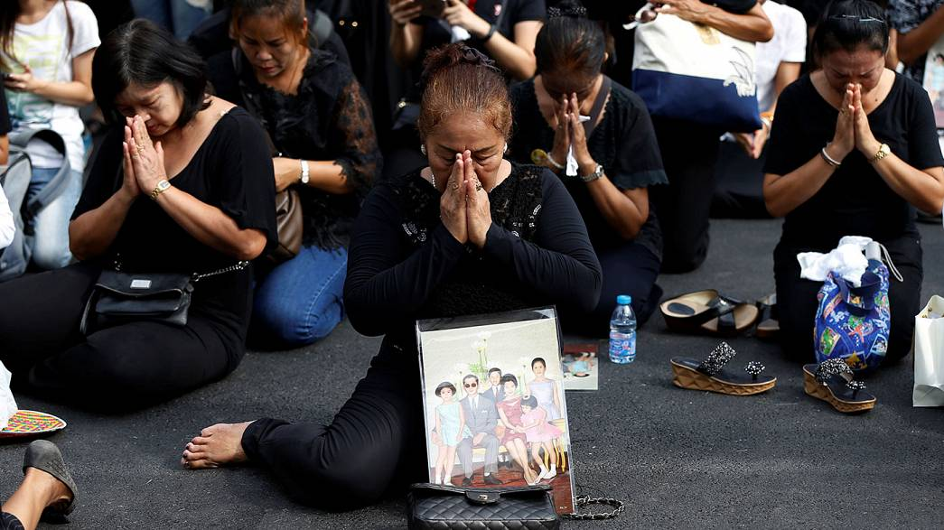 Homenajes e incertidumbre en Tailandia tras la muerte del rey Bhumibol