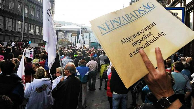 A Népszabadság melletti tüntetésen a korrupcióról beszéltek a szónokok