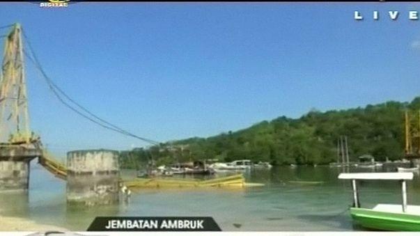 Leszakadt egy híd Indonéziában