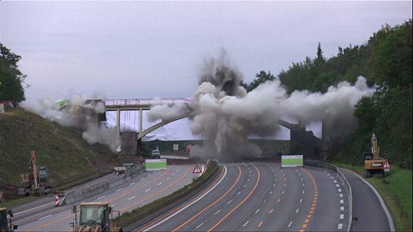 Hacen saltar por los aires un puente para ampliar una autopista en Alemania