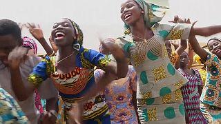 Ex-reféns nigerianas reencontram os pais