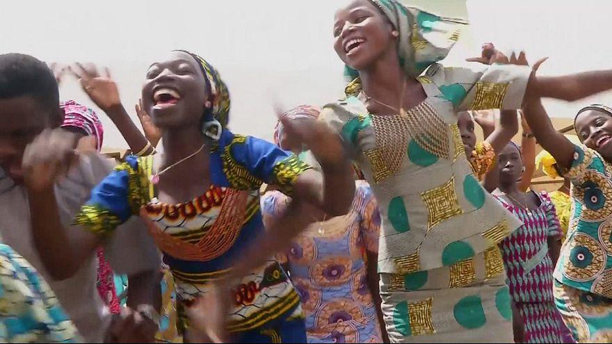 Las niñas de Chibok al fin abrazan a sus familiares