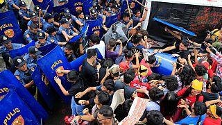 Manifestação anti-americana nas Filipinas durante a visita do presidente Duterte à China