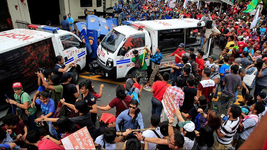 Filipinas: Carrinha da polícia atropela manifestantes