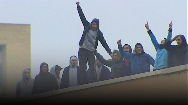 Espagne : des migrants manifestent sur le toit d'un centre de rétention