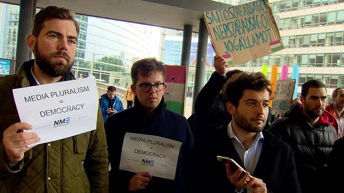 Protesta en Bruselas contra el cierre de un periódico húngaro