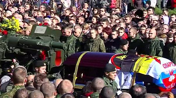 Miles de personas asisten al entierro de un comandante separatista en Donetsk