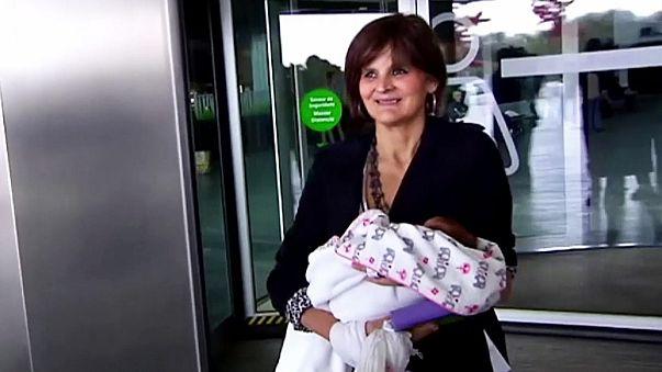 أم في 62 من العمر تقدم مولودتها الجديدة للاعلام