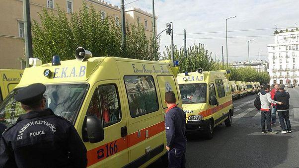 Ελλάδα: Πορεία... ασθενοφόρων μπροστά από τη Βουλή