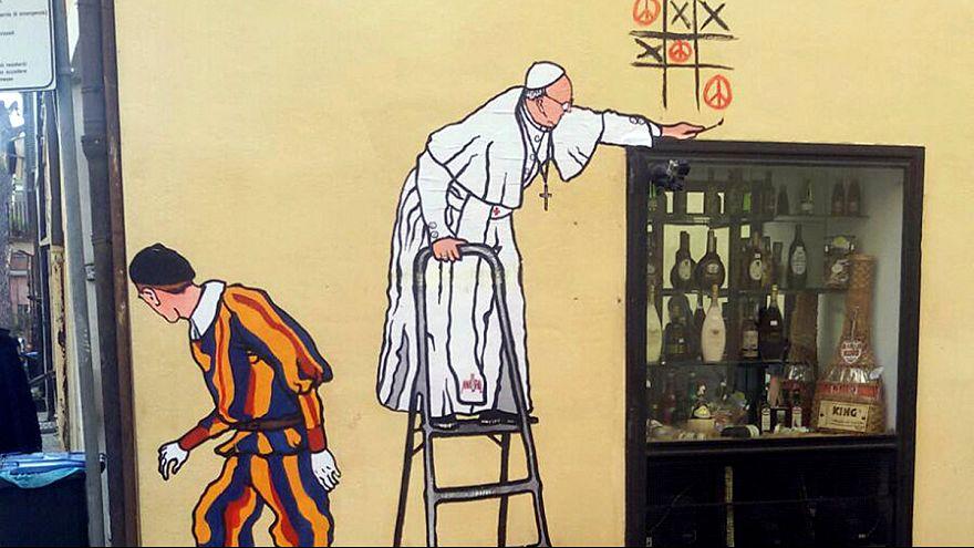 """La """"Policía del decoro"""" borra un grafiti del papa jugando al tres en raya de la paz"""