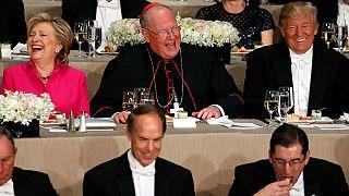 """تْرَامب وكلينتون يستريحان من مشاكسات الحملة الانتخابية في عشاء """"ودِّي"""" بنيويورك"""