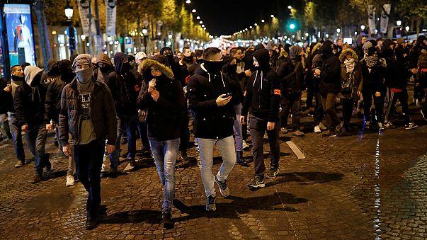 الشرطة الفرنسية تتابع احتجاجاتها وهولاند يلتقي النقابات الأسبوع المقبل