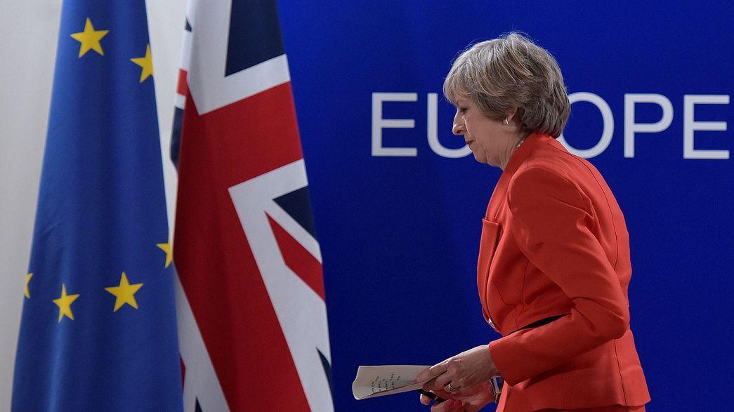 """Theresa May diz aos 27 que espera manter """"cooperação próxima"""" com a UE"""
