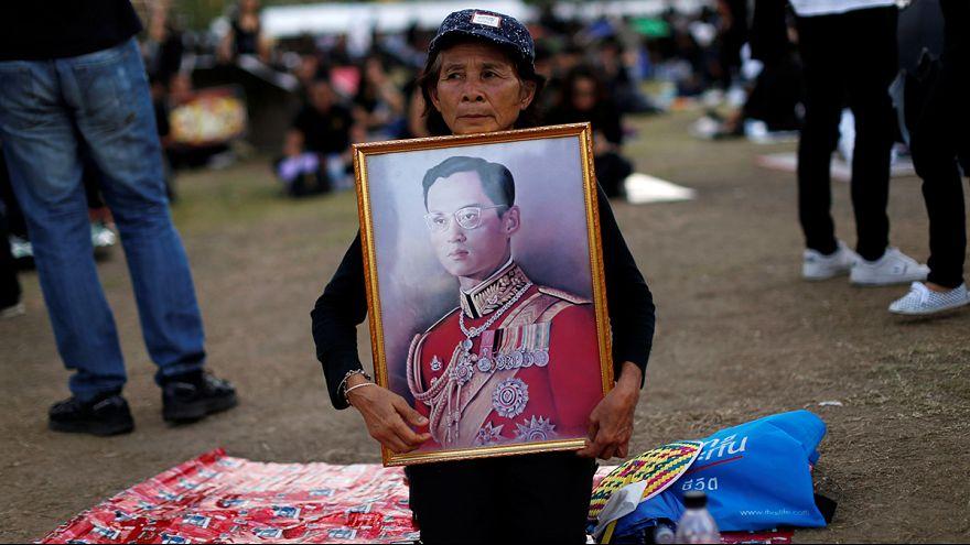 Tayland'da on binler Kral Adulyadej anısına yazılan marşı birlikte seslendirdi