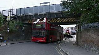 L'autobus è troppo alto, non passa sotto al ponte e si scoperchia: feriti