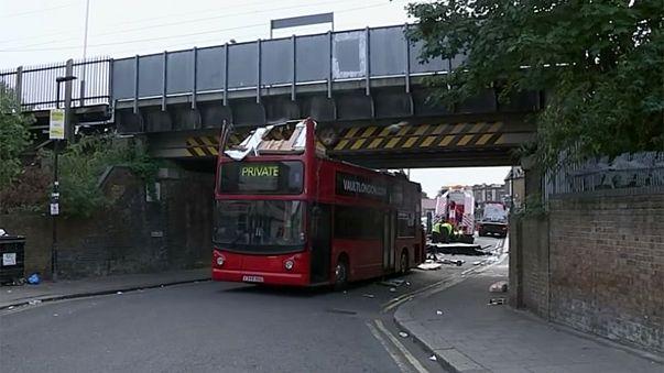 Londoner Doppeldeckerbus bleibt unter Brücke hängen