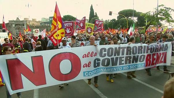İtalya'da binlerce kişi Başbakan Renzi'yi protesto etti
