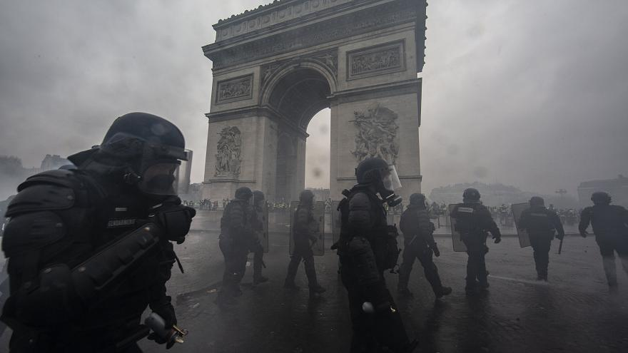 Image: Riot police in front of the Arc de Triomphe