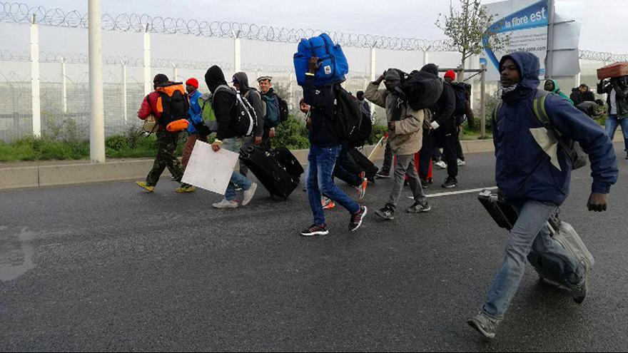 France: first migrants begin leaving Calais 'Jungle' camp