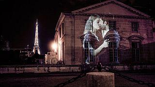 Φιλιά από το... Παρίσι! Εντυπωσιακές εικόνες από την πόλη του Φωτός
