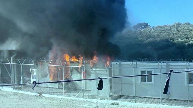 مهاجرون يضرمون النار في مخيم على جزيرة لسبوس اليونانية