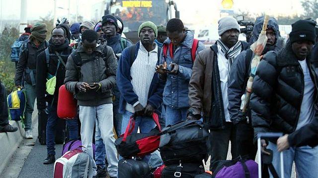 Binlerce sığınmacı umutlarını geride bırakarak 'Jungle'ı terk ediyor
