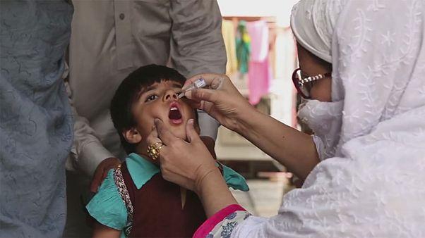 Életveszélyben dolgoznak a gyermekbénulás ellen Pakisztánban