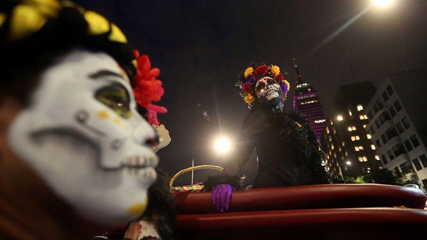 """Мехико: скелеты и черепа на """"параде мертвых"""""""