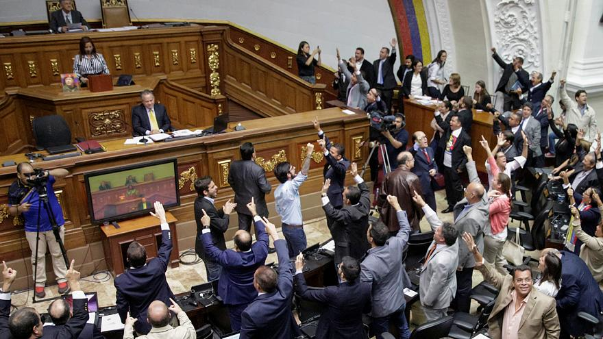 Venezuela: Government supporters storm National Assembly