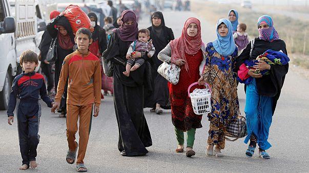 عشرات العائلات العراقية قرب الموصل تلجأ إلى مخيمات النازحين