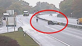 Suisse : il poursuit sa voiture à pied sur l'autoroute