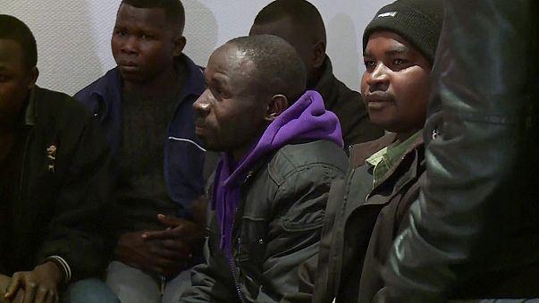 I migranti di Calais cominciano ad arrivare nei centri di accoglienza
