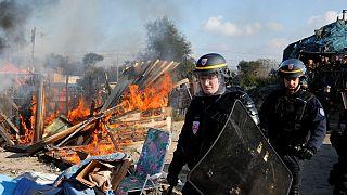 Calais'deki kamp boşaltılırken, bir yandan da yıkılıyor