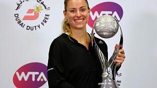 Tennis, WTA Finals: Kerber batte Halep, Cibulkova cade ancora