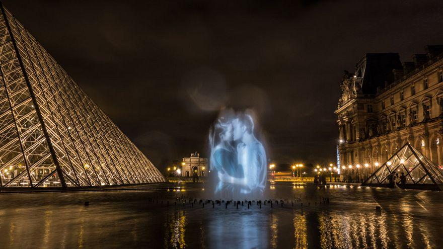 Французский поцелуй на парижских фасадах