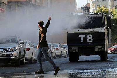 Clashes erupt in Diyarbakir over mayor arrests