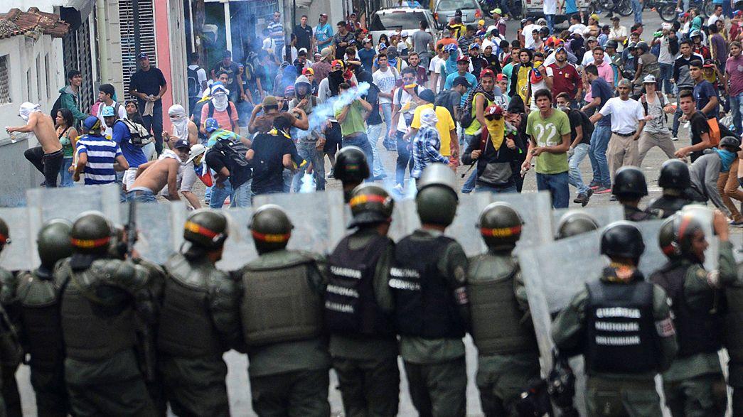 Венесуэла: в столкновениях с полицией протестующие применили оружие