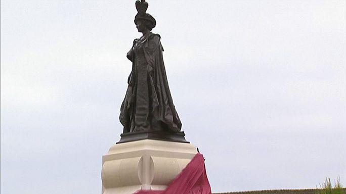 Isabel II de Inglaterra inaugura una estatua de su madre en Poundbury
