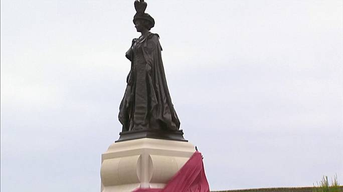 Britain's royals unveil Queen Mother statue
