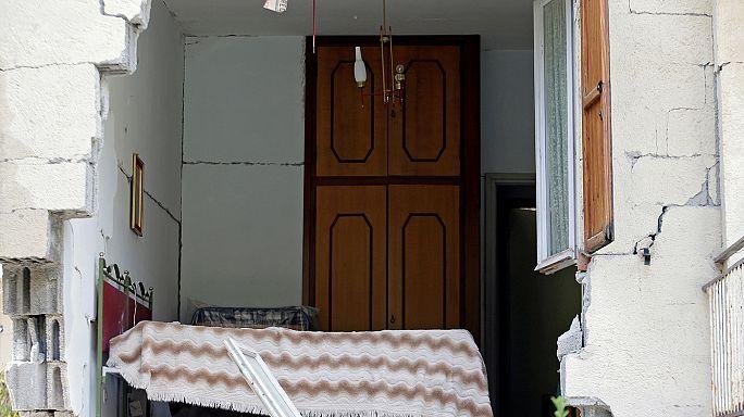 Italy's Renzi vows to rebuild on visit to quake hit town