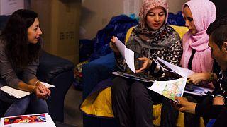 Η πρώτη δανειστική βιβλιοθήκη για πρόσφυγες στο Ελληνικό