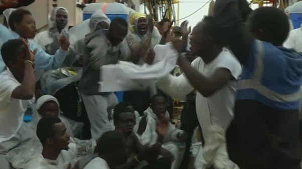 شادی و پایکوبی مهاجران نجات داده شده در آبهای مدیترانه