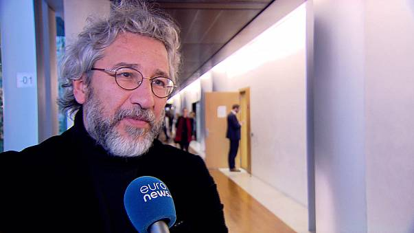 مقابلة خاصة بيورونيوز مع جان دوندار الصحفي التركي المعارض الذي كان مرشحاً لنيل جائزة ساخاروف للحرية الفكرية.