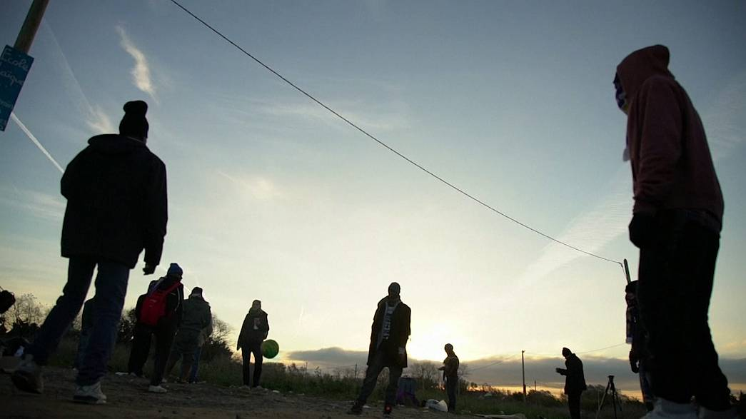 """Calais: As crianças da """"selva"""" que ninguém quer"""