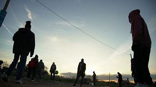 Niños abandonados se resisten a dejar la jungla de Calais