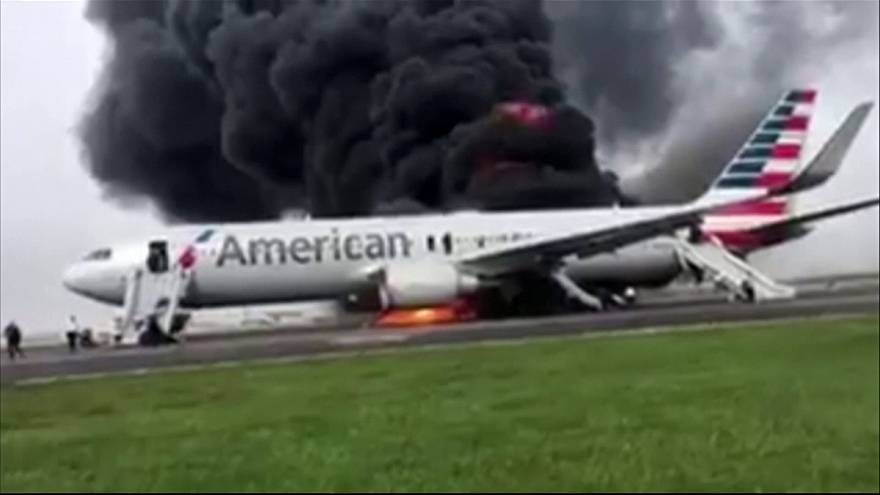 Aereo dell'American Airlines in fiamme a Chicago